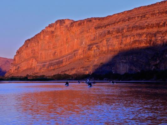 Kanu Fahrt auf dem Orange River mit Felsmassiv am Flussrand
