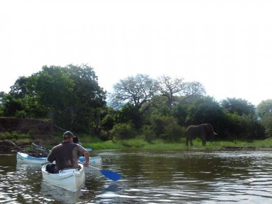 Kanufahrt und Bootsfahrt auf dem Zambezi River in Sambia