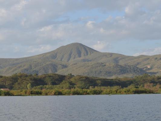 Lake Naivasha : See mit Bergen im Hintergrund