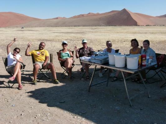 Mittagspause: Stop während der Safari an einer Duene in der Namib Wüste