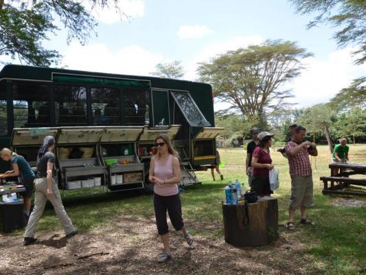 Mittagspause auf Drifters Safari: Safariexpedionstruck und Reisende