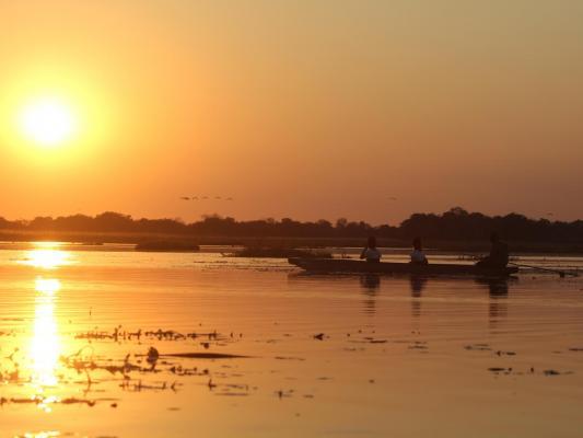 Fahrt mit dem Mokorokro Kanu auf dem Samebsi Fluss im Sonnenuntergang
