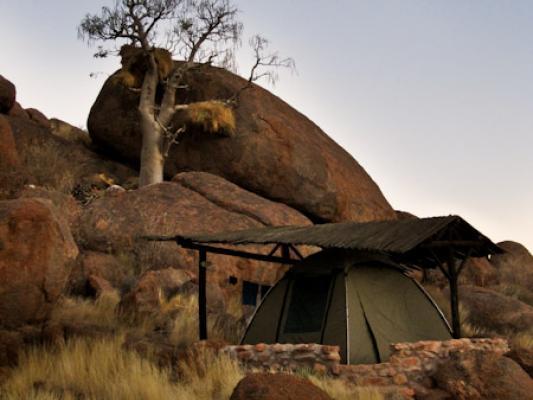 Sonnenuntergang über dem Greenfire Desert Camp in der Namibwüste