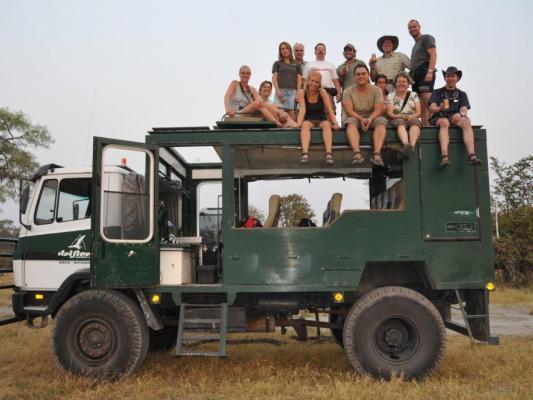 Drifters Adventure Tours Reisegruppe beim Gruppenbild auf dem Safari Truck
