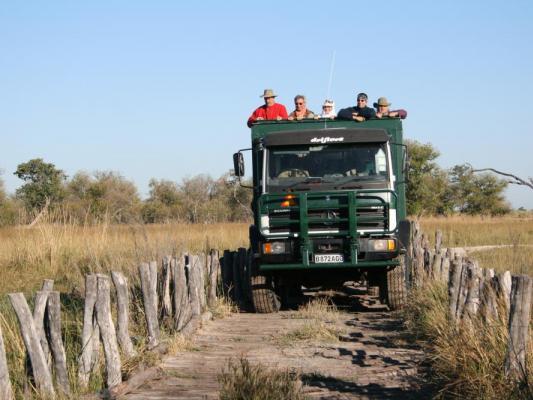 Überquerung einer Brücke in Botswana während der Reise mit Drifters Adventure