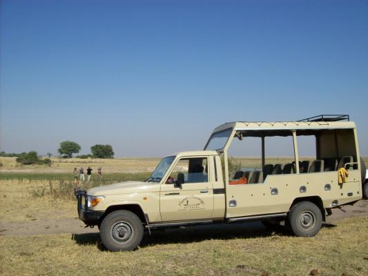 Seitenansicht des 4WD Safari Jeeps in trockener Landschaft