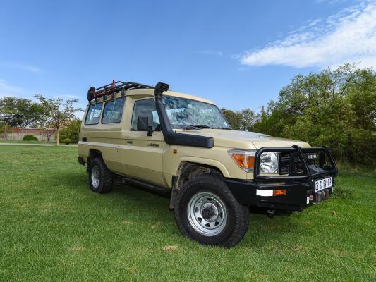 Ansicht von vorne auf den Sunway 4WD Safari Jeep