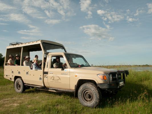 Offener Sunway Safari Jeep auf offener Grasfläche
