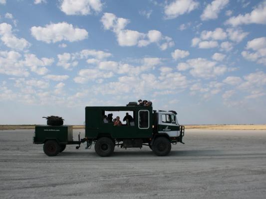 Truck mit Anhänger in den Makgadikgadi-Salzpfannen: auf Expedition mit Drifters Safari