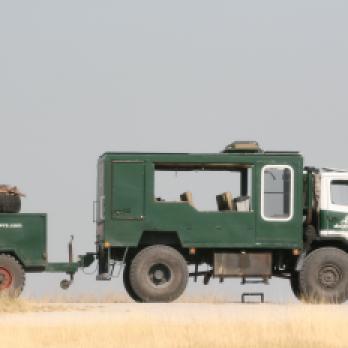 Drifters Adventure Tours Allrad Safari Truck mit Anhänger in Botswana