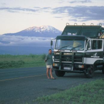 Drifters Adventure Tours Safari Truck in Tansania mit dem Kilimanjaro im Hintergrund. Einer unserer Top Partner und Reiseveranstalter