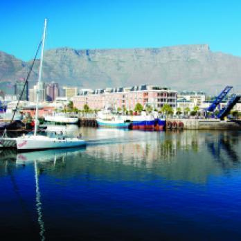 Suedafrika Reisen & Safaris: Kapstadft mit Waterfront und Tafelberg auf einer Südafrika Reise entdecken