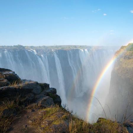 Victoriafälle zwischen Sambia & Simbabwe: Rauschendes Wasser und Regenbogen - ein Höhepunkt während der 4 Länder Abenteuer Tour durch Afrika