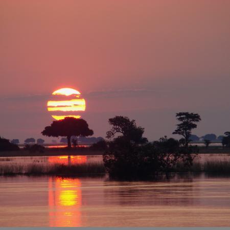 Zambezi River: Fantastischer Sonnenuntergang über dem Fluss während der 20-tägigen Simbabwe - Camping Safari